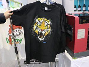 Εμφάνιση μαύρου T shirt
