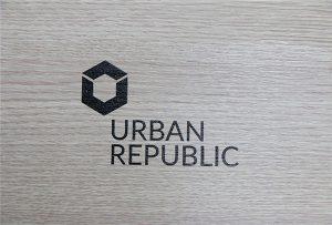 Εκτύπωση λογότυπου σε ξύλινα υλικά από το WER-D4880UV